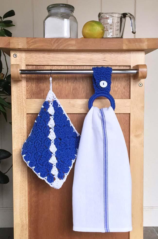 Azul anil do porta pano de prato faz um contraste harmonioso com a madeira da bancada