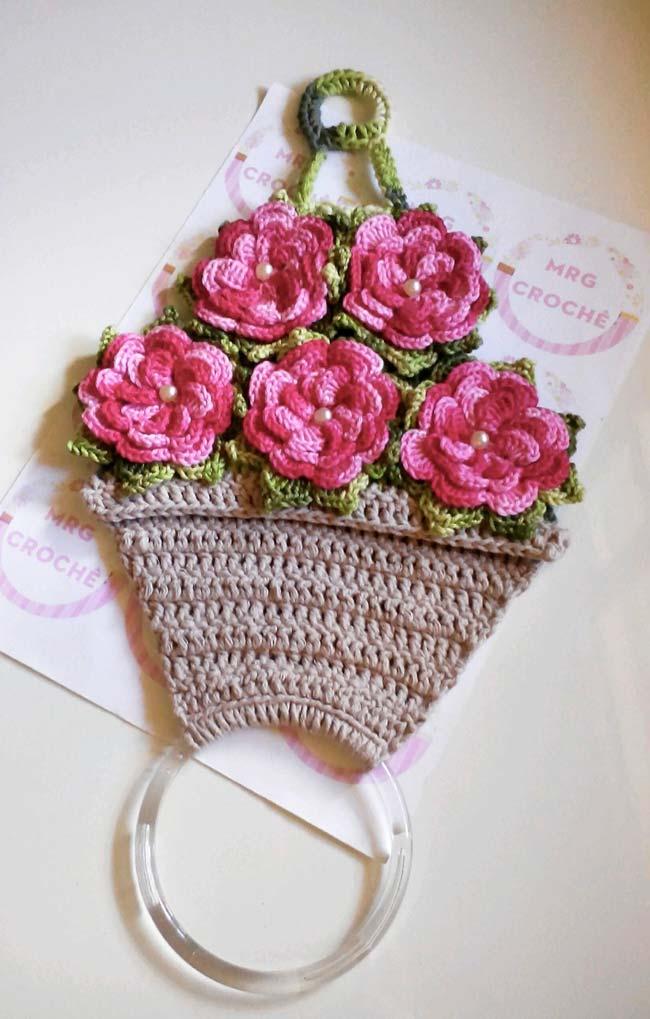 porta pano de prato de crochê com vaso de flores