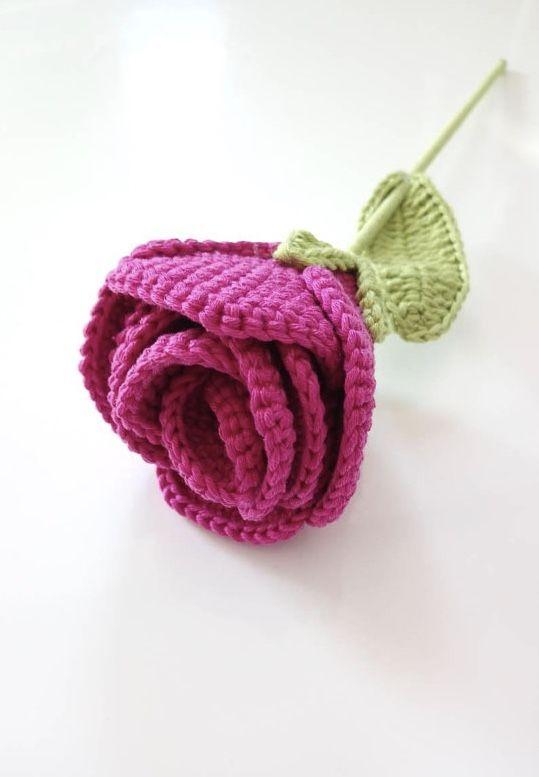 Botão de rosa com folhas de crochê