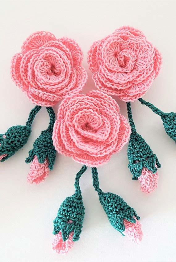 Rosa e botão de rosa feito em crochê