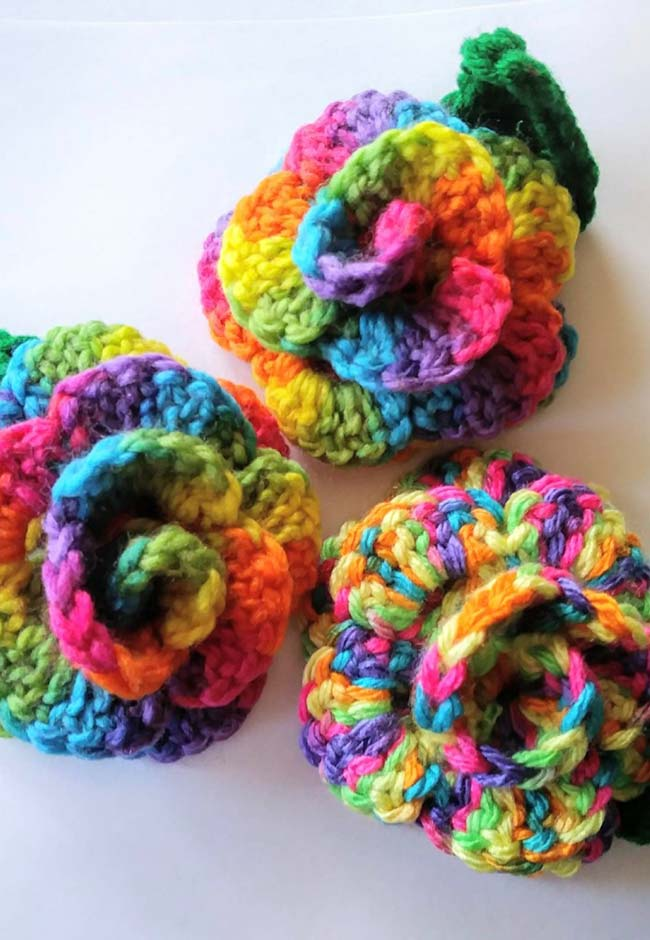 Rosas enroladas multicoloridas feitas em crochê