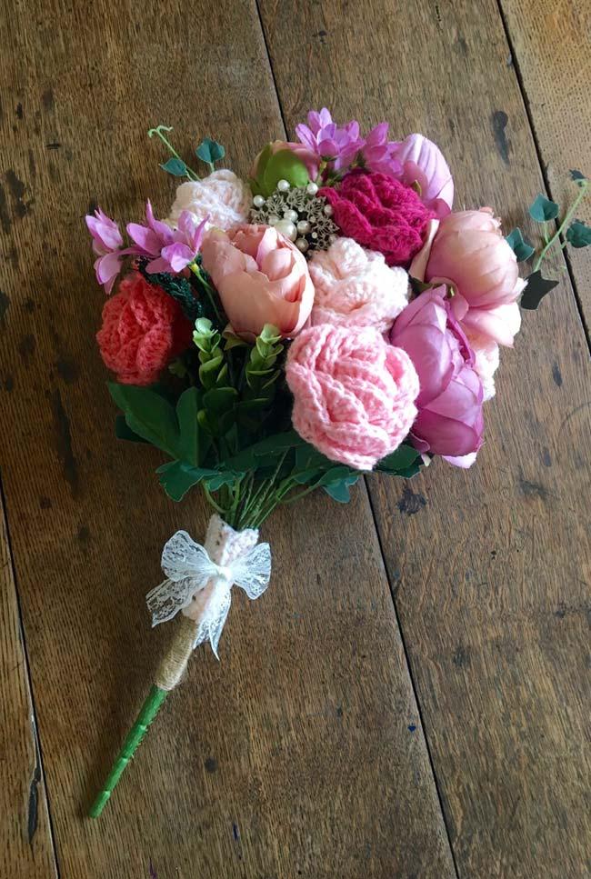 Rosas de crochê e flores de tecido