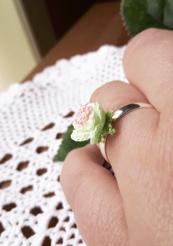 Rosa de crochê no anel