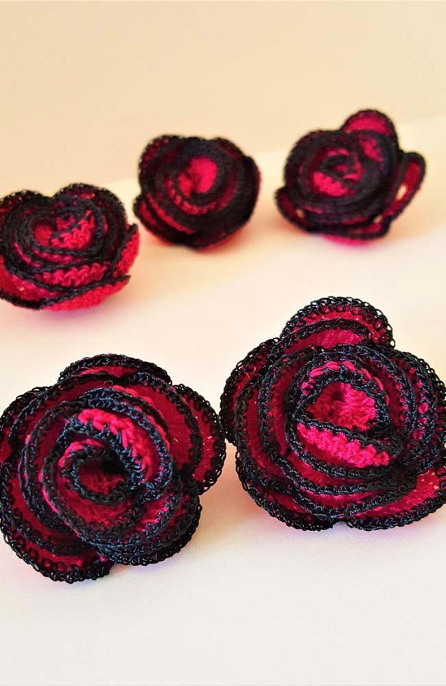 Rosas de crochê vermelho e preto