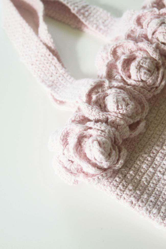 Bolsa de crochê com aplicação de rosas
