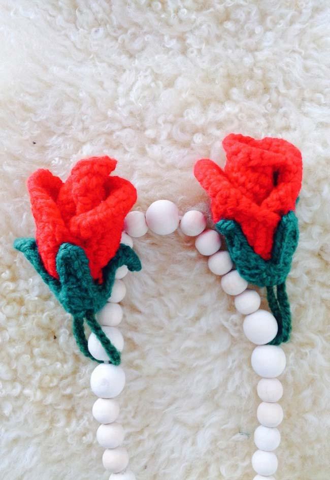 Colar de pedras com rosas de crochê