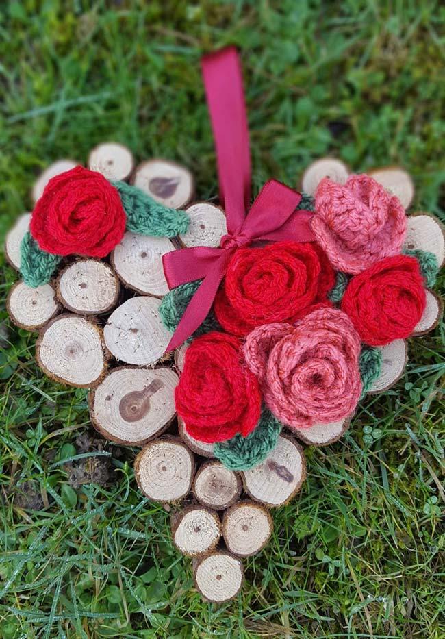 Coração rústico com rosas de crochê