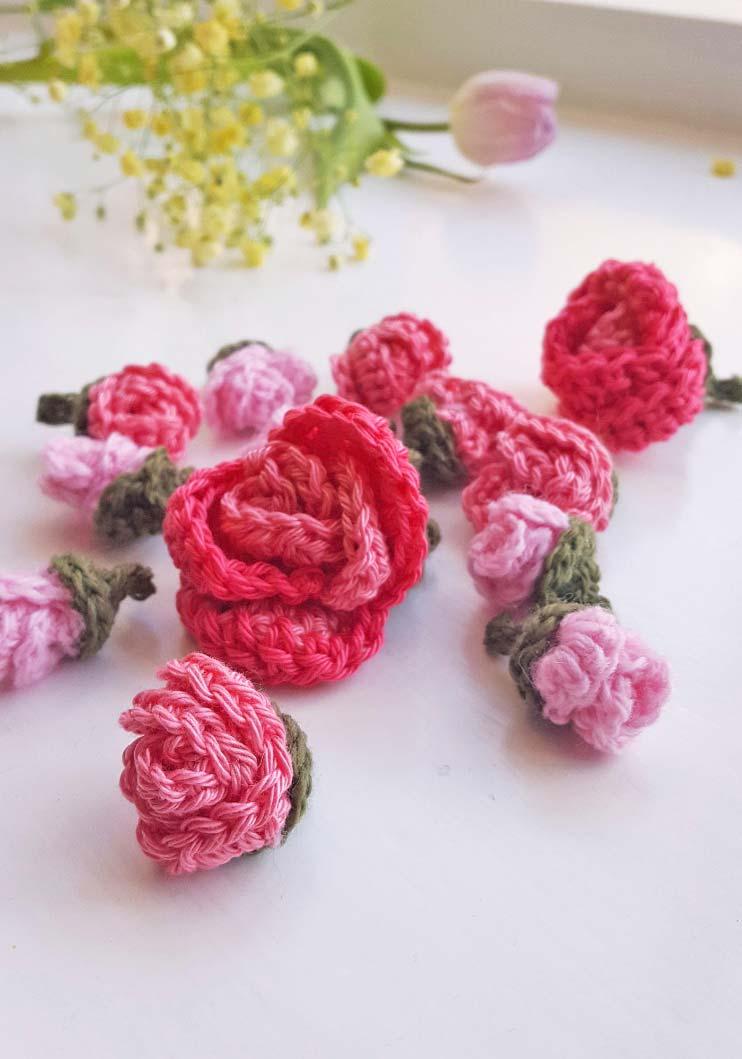 Rosas de crochê de tamanho e flores variadas