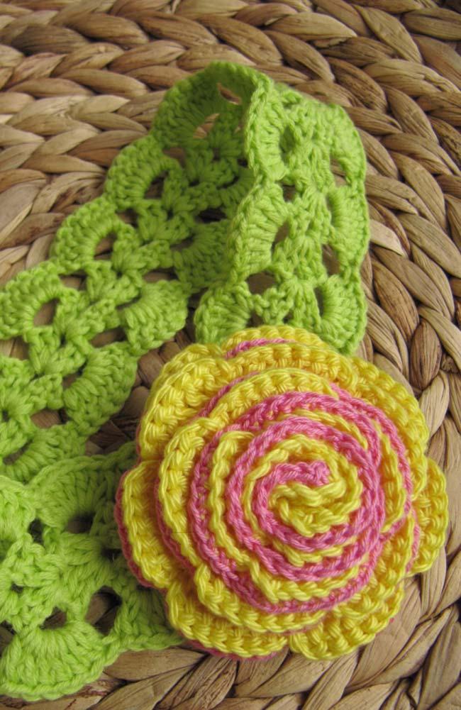 Tiara de cabelo com rosa de crochê