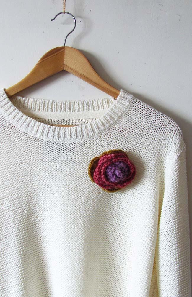 Aplicação de rosa de crochê na blusa