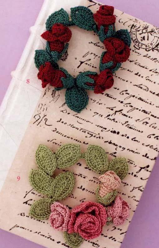 Capa de caderno com guirlanda de rosa de crochê