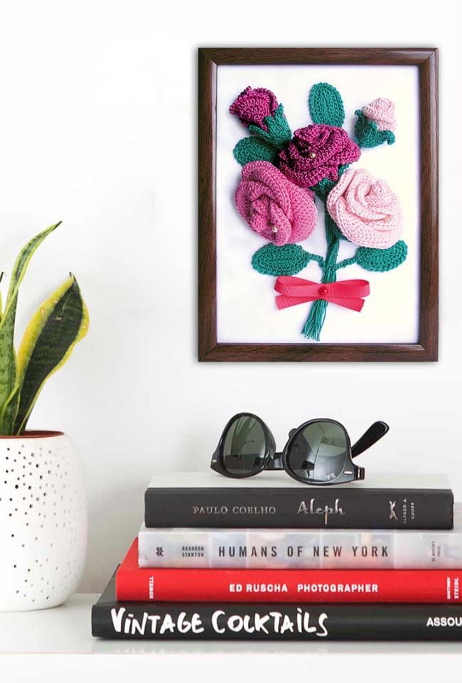 Quadro com rosas de crochê