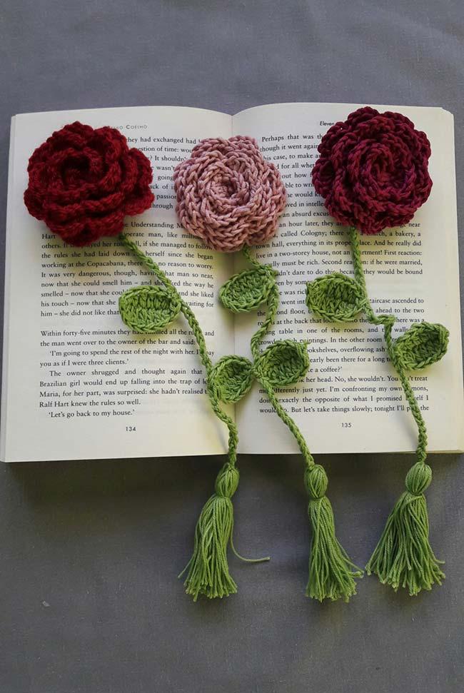 Marcador de página com rosas de crochê