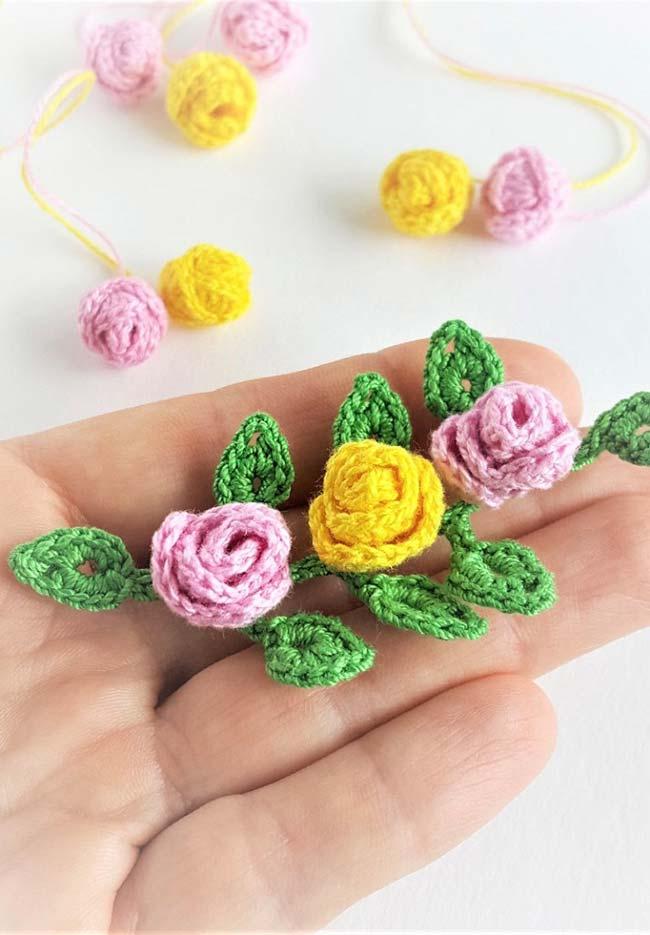 Cordão de mini rosas de crochê