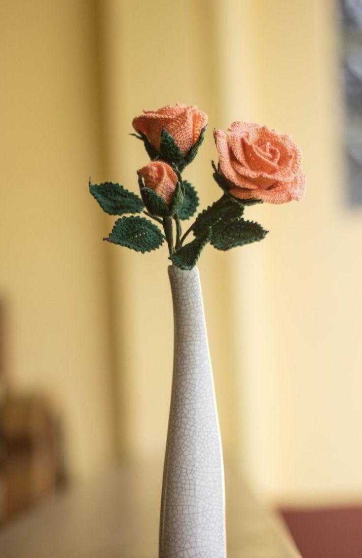 Vaso de rosas de crochê