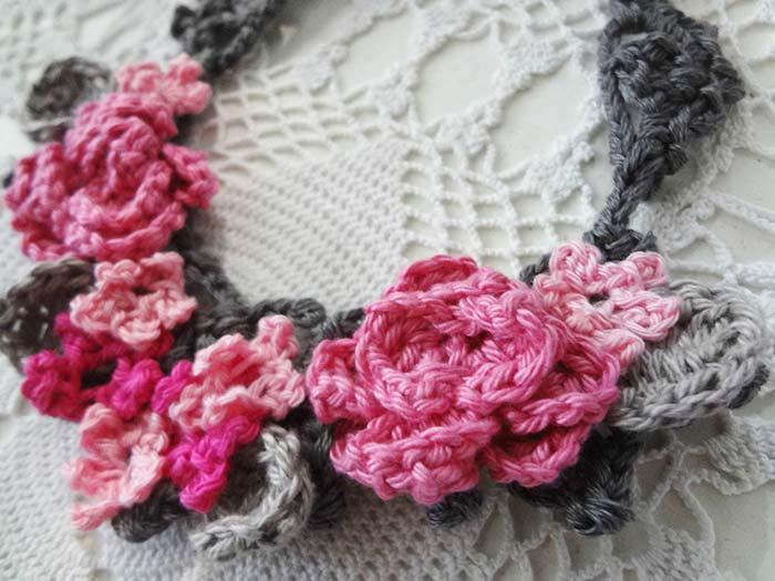 Aplique de rosas de crochê para caminho de mesa