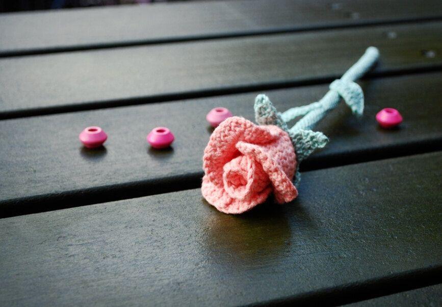 Botão de rosa de crochê