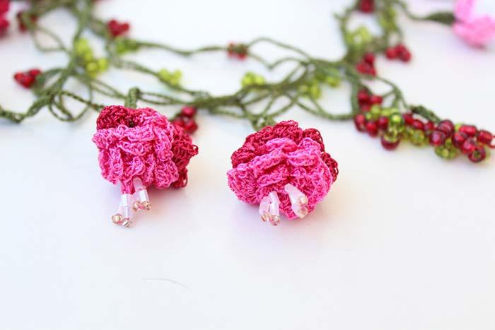 Rosas de crochê com miçangas