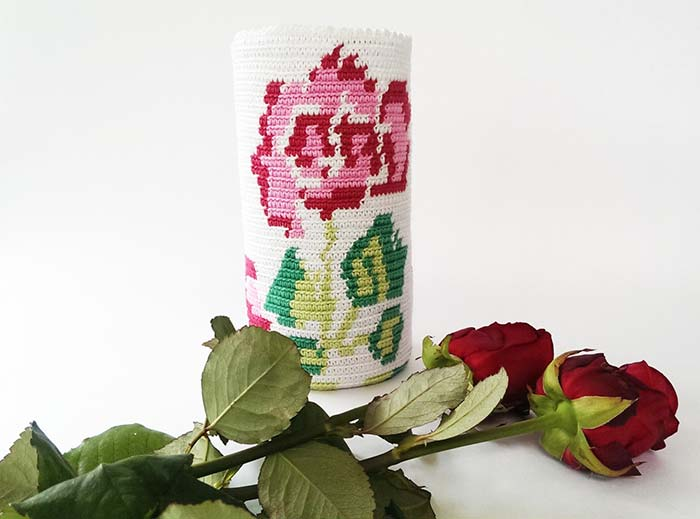 Vaso revestido de crochê para rosas de verdade