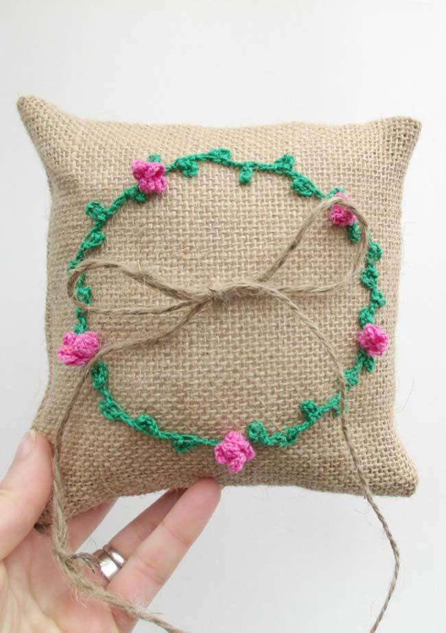 Almofada de juta com rosas de crochê