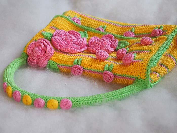 Bolsa de crochê colorida e alegre