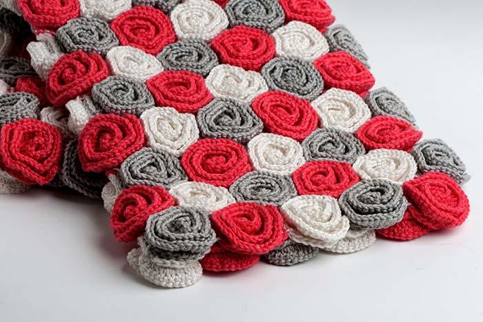 Bolsa com rosas enroladas de crochê