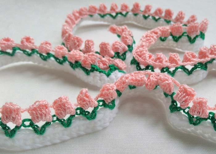 Cordão de mini rosas em crochê