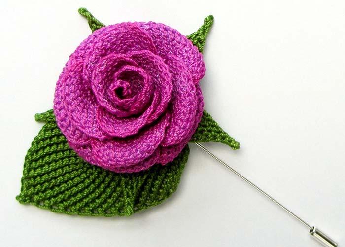 Rosa de crochê com formato de botão