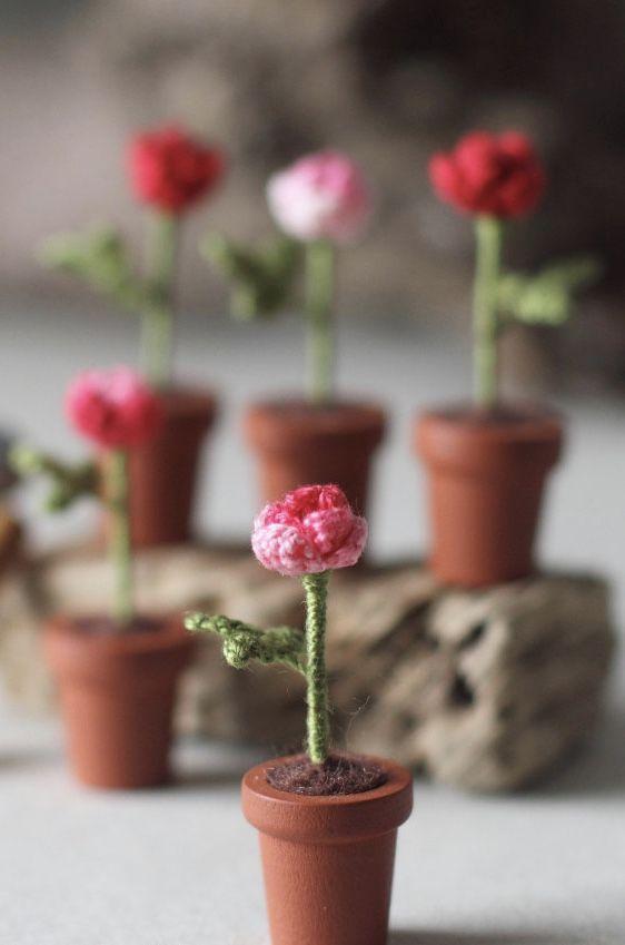 Vasinhos com mini rosas de crochê