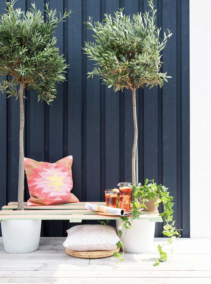 Banco de pallet com vasos de plantas