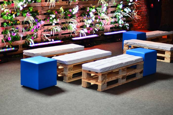 Lounge rústico com bancos de pallet
