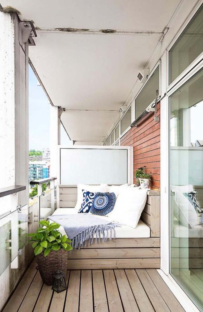 Banco de pallet decorando a varanda do apartamento