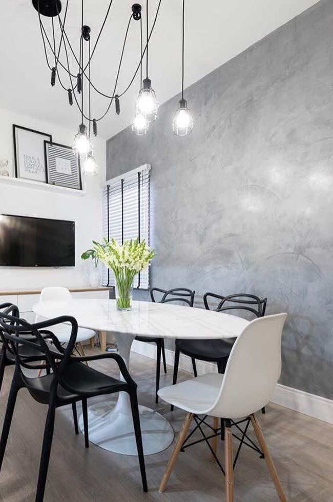 Marmorato cinza em sala de jantar preta e branca