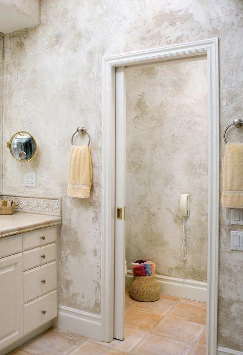 Banheiro clássico com marmorato
