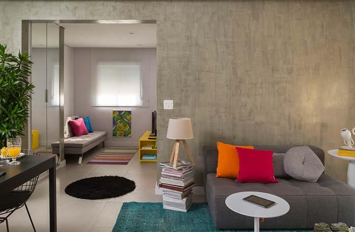 Almofadas colirodas e marmorato na parede