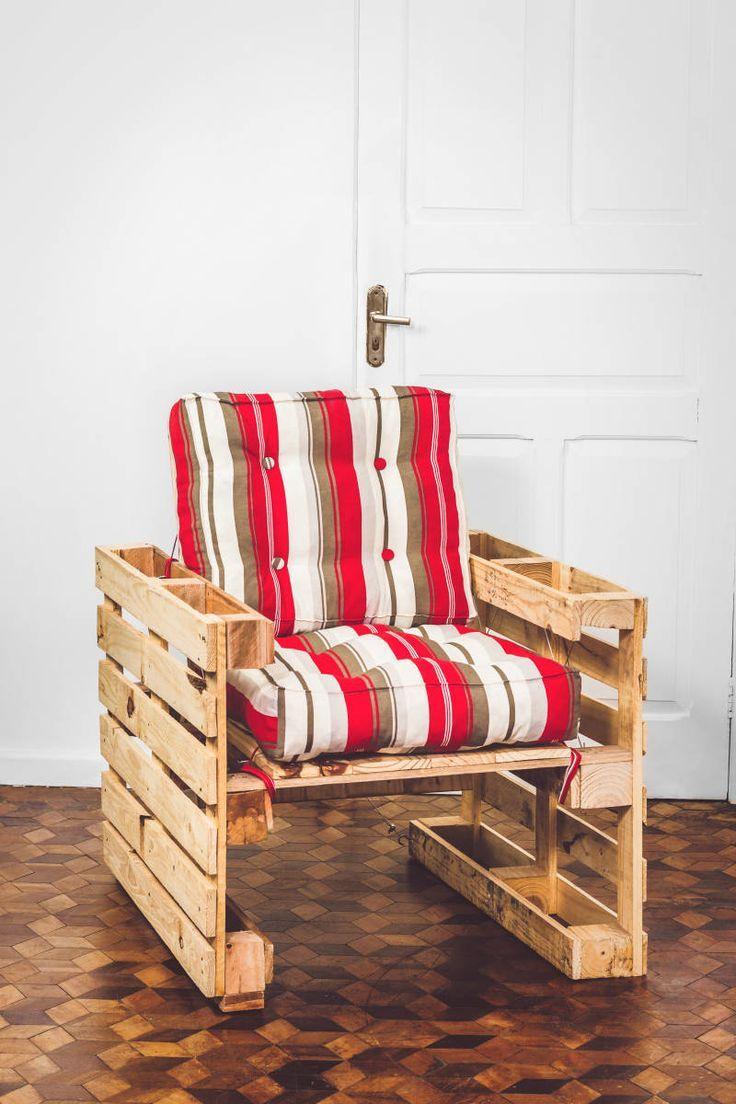 Poltrona de pallet com almofadas de estilo futon