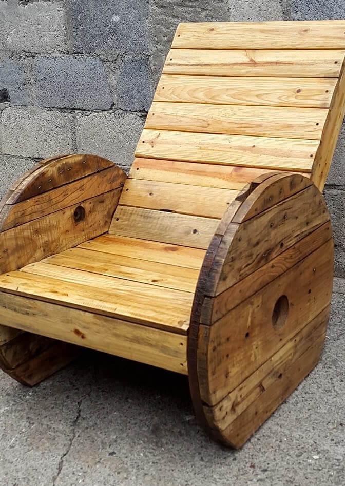 Poltrona de pallet com lateral em carretel de madeira