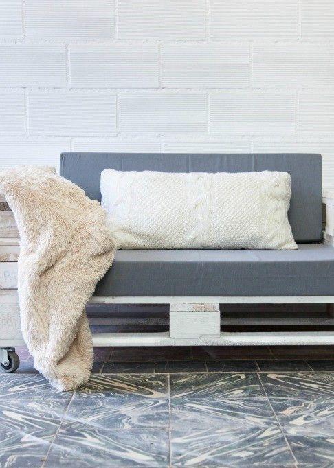 Sofá de pallet pintado de branco