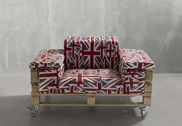Uma poltrona grande e bem confortável feita de pallets