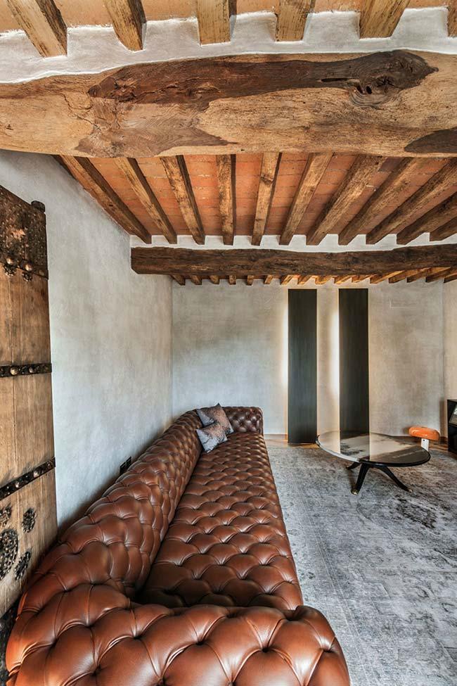Sala com troncos rústicos