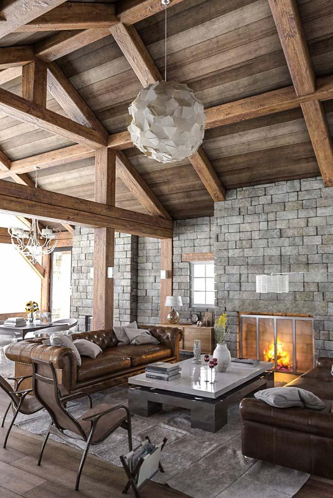 Forro de madeira e paredes com pedras na sala rústica