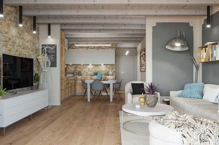 Sala rústica com forro de madeira