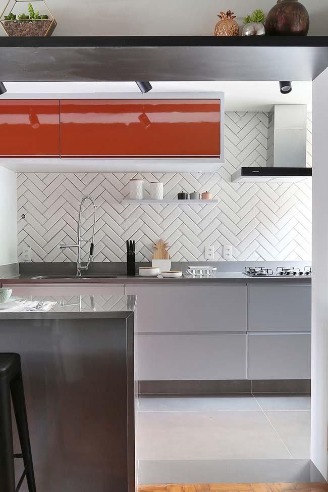 Cozinha com peças grandes de porcelanato