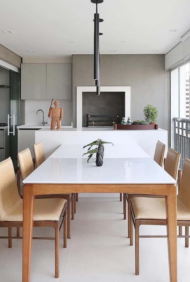 Mesa de laca branca na varanda com piso de porcelanato acetinado