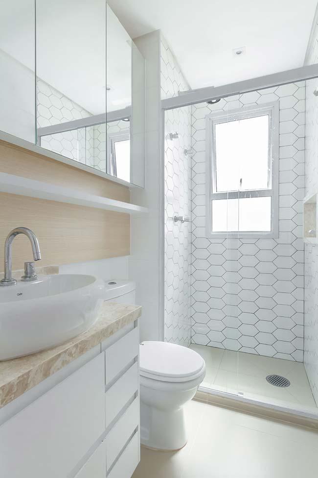 Banheiro branco e bege com porcelanato acetinado