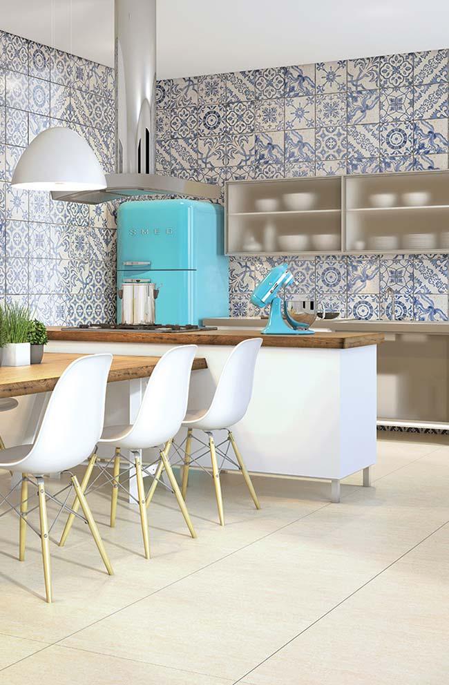 Piso de cor neutra em ambiente com azulejos portugueses