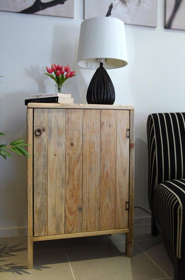 Armário simples de pallet para ser usado na sala