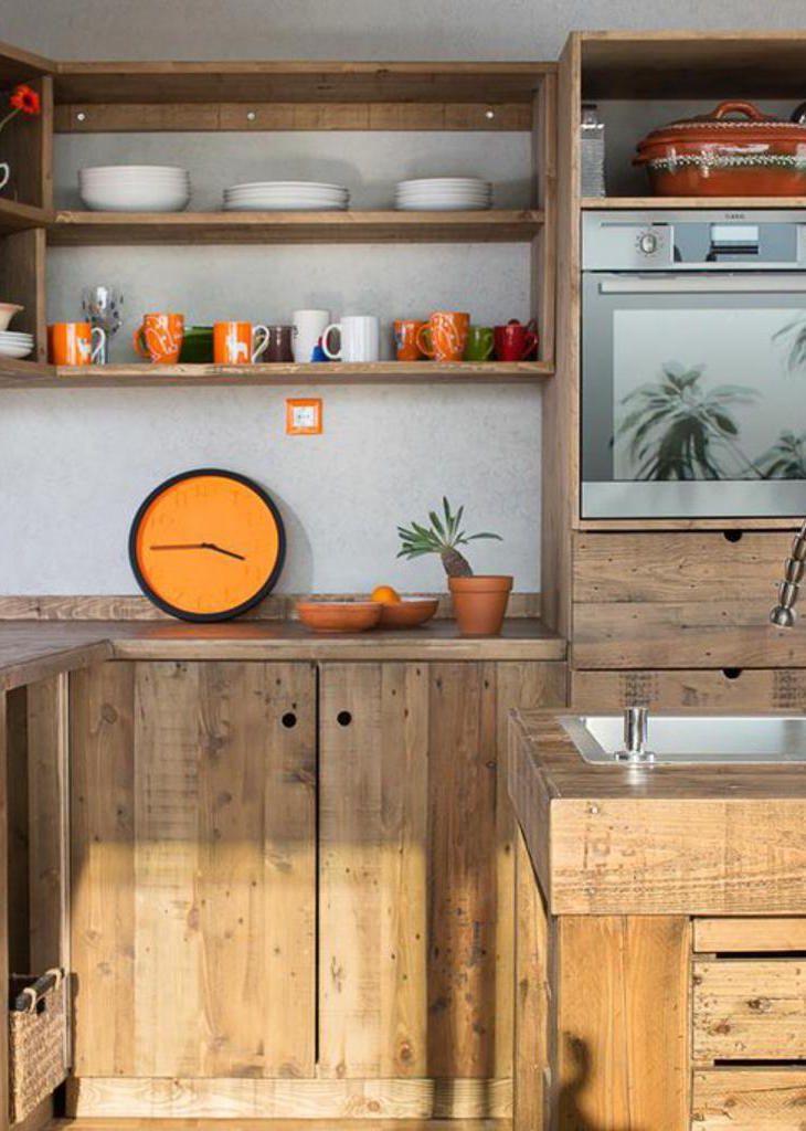 Armário de pallet na cozinha sem puxadores