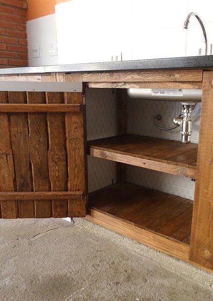 Armário de cozinha de pallet por dentro e por fora