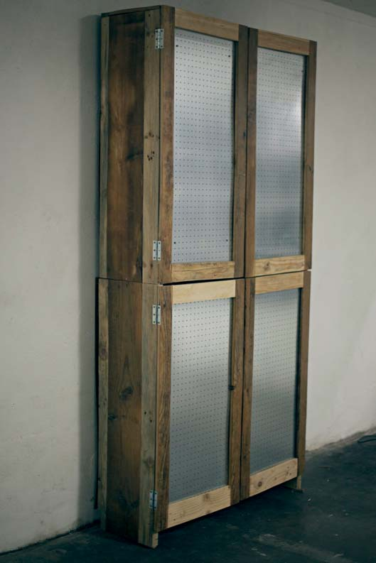 Armário de pallet com porta de placa de eucatex